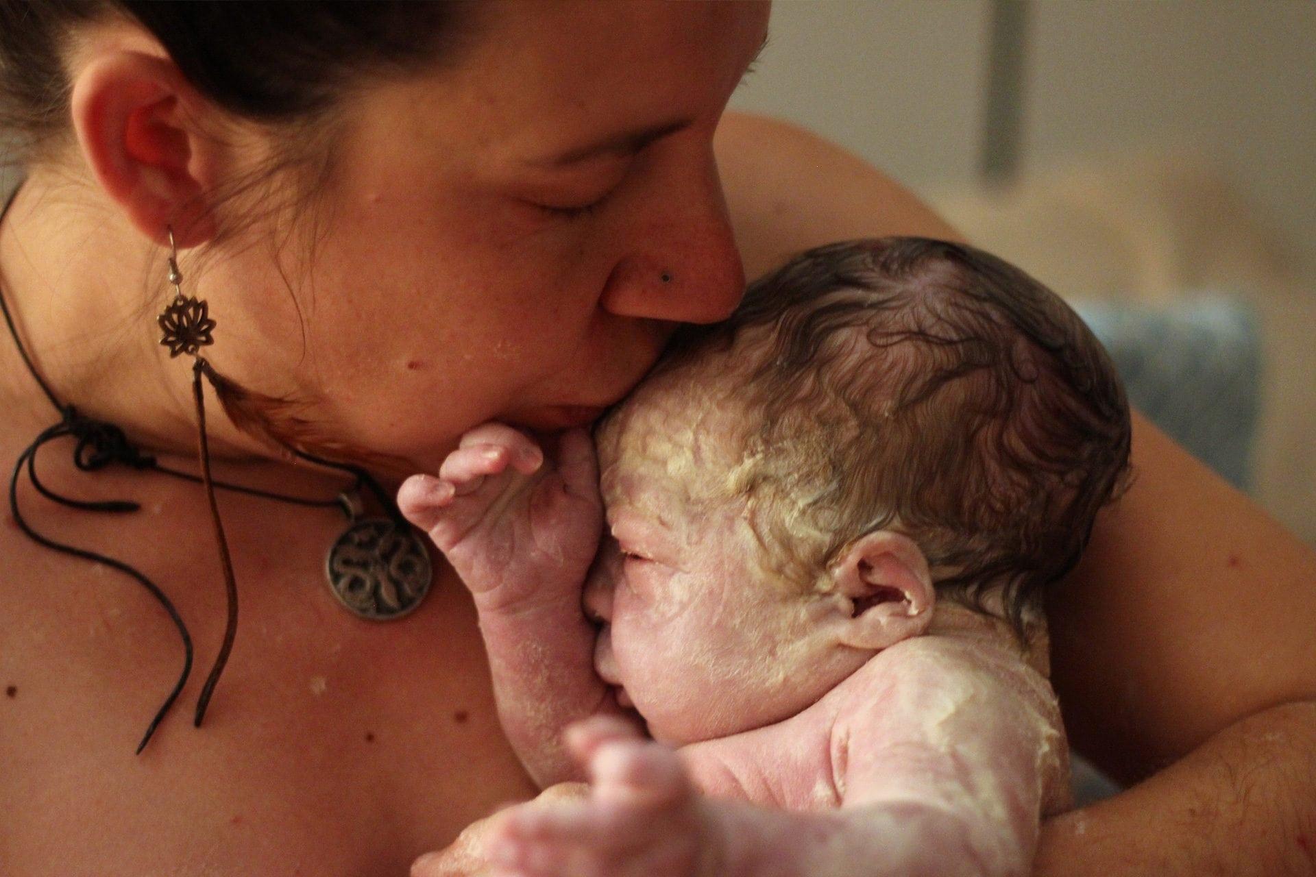 newborn-kiss